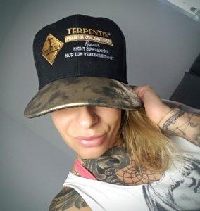 Samantha Samy Fox mit Terpentin Snap Cap Gold
